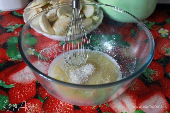 Взбить сахар с растопленным сливочным маслом.