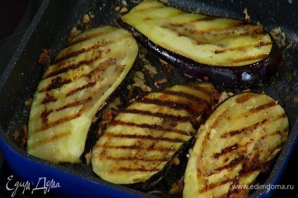 Сверху выложить сухарно-сырную смесь и обжаривать баклажаны до появления румяных полосок, затем перевернуть сухарями вниз.