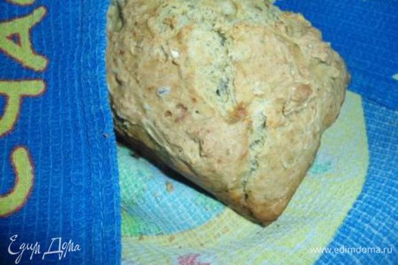 Готовый хлеб заворачиваем в полотенце и остужаем.