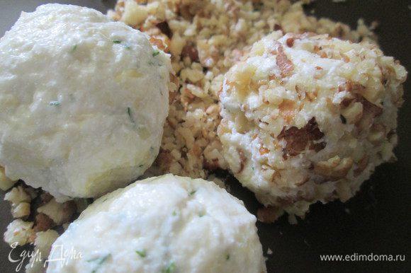 Смешиваем по 1\2 части каждого ингредиента: творога, сыр, зелени и лепим мокрыми руками шарики, можно добавить чуточку измельченного чеснока. Обваливаем их в ореховой крошке.