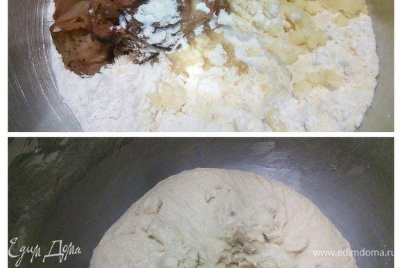В день выпечки хлеба смешать в чаше комбайна опару с остальными ингредиентами, кроме орехов. Печеные яблоки берём вместе с образовавшимся соком, шкурку не снимаем. Вымешивать тесто на малых оборотах в течении 5 минут, затем увеличить скорость до второй ступени и вымешивать в течении 20 минут до мягкого, гладкого, эластичного, полностью отходящего от стенок чаши теста. Тесто благоухает печеными яблоками! Истинное наслаждение. Затянуть чашу пленкой и поставить на час в теплое место на расстойку.
