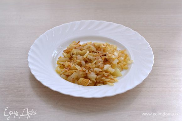 Большую головку лука почистить, порезать, пассировать вместе с измельченным чесноком на оливковом масле до золотистого цвета