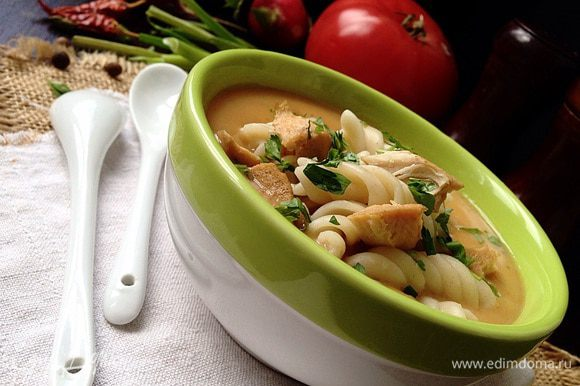 Когда овощи будут готовы, снять суп с огня и пюрировать с помощью блендера. Затем влить сливки (100-200 мл) и прогреть суп. В готовый крем-суп добавить макаронные изделия и кусочки куриного мяса. Подавать к столу посыпав зеленью.