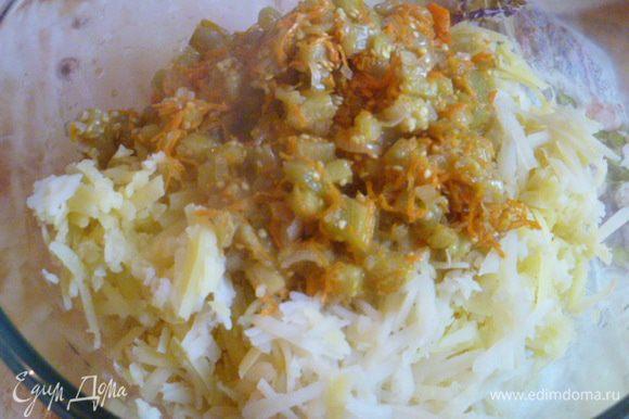 Картофель натираем на крупной терке, добавляем обжаренные овощи. Можно слегка подсолить по вкусу.