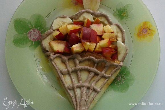 """Чтобы сделать такое блинное """"мороженое"""" нарезаем бананы и персики, укладываем блин в форме """"рожка"""", а фрукты в форме """"мороженого"""". Рот и язык также вырезаны из арбуза и банана соответственно. И зовем вашего ребетенка на чай!"""