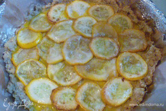 Кабачок нарезать на тонкие кружочки, слегка посолить и обжарить на растительном масле. Обжаренные кабачки выложить на гречневую основу.