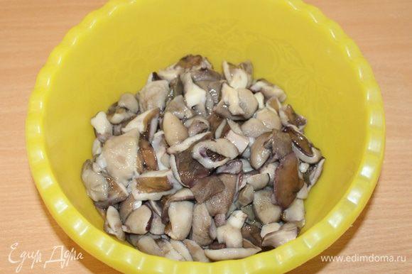 Грибы предварительно почистить и отварить в слегка подсоленной воде.