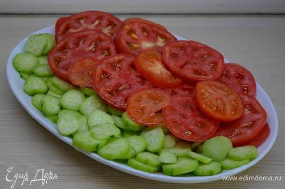 Помидоры режем кольцами или полукольцами. Хотя можно и дольками (если салат будете перемешивать, а не на выкладывать на блюдо).