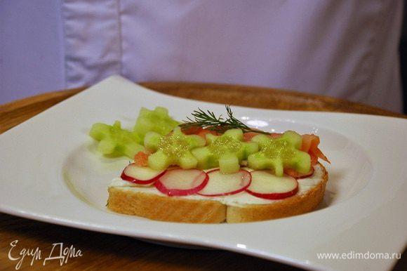 По желанию овощи можно вырезать фигурно и добавить поверх лосося.