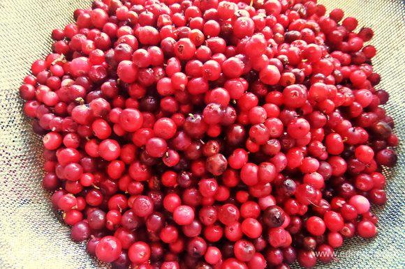 Даём стечь хорошенько. Отмеряем по ёмкости банок+большой запас на добавочную ягоду.