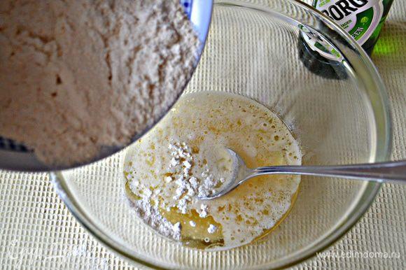 Для теста в миску налейте растительное масло и пиво, добавить соль, муку и замесите мягкое тесто. Возможно, вам потребуется чуть больше муки, как и мне. Как только тесто соберётся в шар, его сразу же можно использовать.