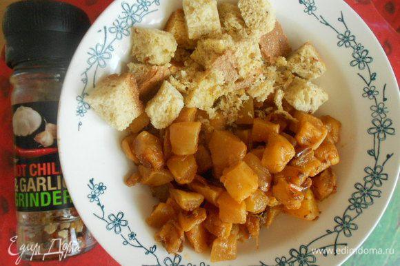 Выкладываем в тарелку с сухариками (это одна порция).