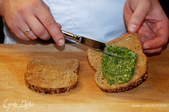 Хлеб подсушить в тостере или на сковороде без масла. На каждый ломтик хлеба намазать соус песто.