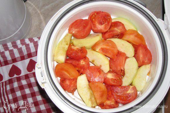 На помидорах сделать крестообразный надрез, ошпарить кипятком и снять кожицу. Разрезать пополам или на четыре части. Яблоки почистить и нарезать крупными кусочками. Выложить все в чашу мультиварки и готовить на пару 15 минут.