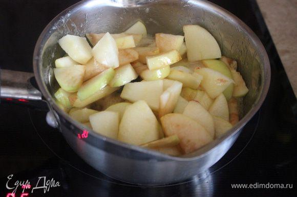 За 5 минут до конца приготовления добавьте сливки. Доведите их до кипения на слабом огне, проварите 2–3 мин, снимите сковороду с плиты и немного остудите. Удалите палочку корицы. Яблоки дадут сок, его мы сохраним, чтобы позже добавить в тесто.