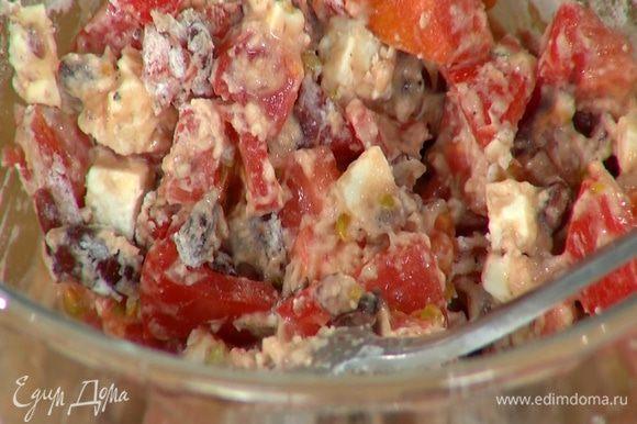 Перемешать помидоры с размятой фасолью и сыром, добавить листья тимьяна, посолить, поперчить, всыпать муку и все перемешать.