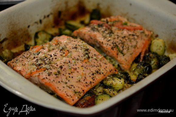 Достанем блюдо из духовки. Добавить вино, семгу, посолить и поперчить. выложить поверх капусты. Вернуть в духовку на 15 мин или до готовности рыбы.