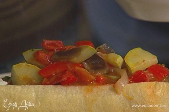 Посыпать овощи смесью перца и кориандром и тушить еще около 20 минут до готовности.