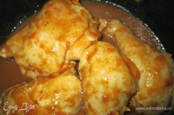 """Разрезанную на порционные куски курицу маринуем 20 минут в нашем очень вкусном маринаде и отправляем вместе с ним в чашу мультиварки. Готовим в режиме """"Тушение"""" 40-45 минут."""