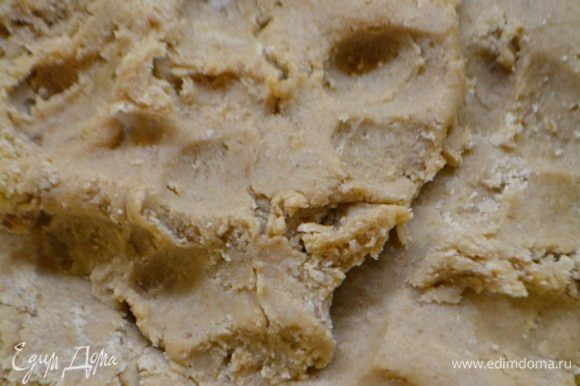 Добавить желток, перемешать. Всыпать какао с горкой и муку, влить пару капель миндального экстракта. Вымесить мягкое тесто.