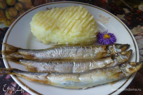И можно кушать... Такой способ удобен тем, что рыба получается диетическая, совсем не жирная, как при жарке в сковороде. К тому же, смазывание рыбы растительным маслом, обеспечивает ей сочность. Такую рыбку можно даже на завтрак предложить школьнику. Приятного аппетита!
