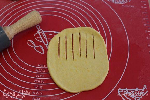 Для гусеничек, колобки раскатать, сделать надрезы.