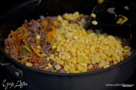 Вернуть сковороду на огонь. Добавить овощную сальсу домашнюю или покупную, нарезанные баночные томаты в собственном соку, замороженную кукурузу. Помешивать и готовить 8 мин.