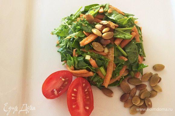 Переворачиваем формочку на тарелку и украшаем по желанию помидорами черри и оставшимися семечками. Приятного и легкого вам аппетита!