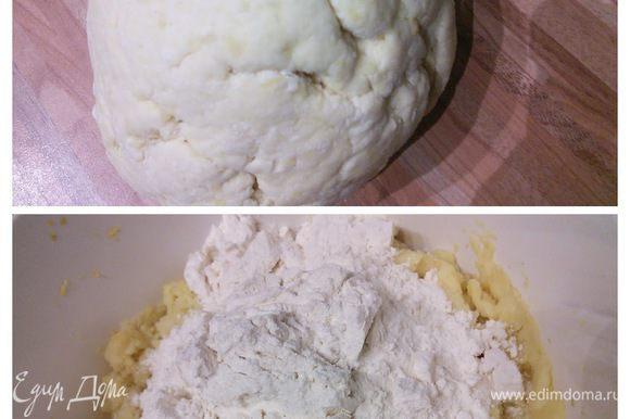 Картошку отварить, снять шкурку, размять. Смешать с мукой, замесить плотное тесто. Так же накрыть плёнкой и оставить на 12 часов при комнатной температуре на расстойку.