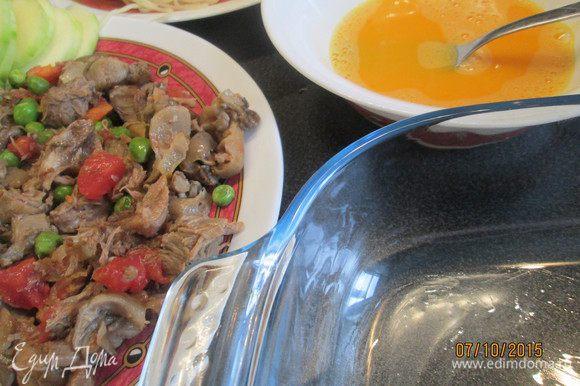 Вареную говядину (можно заменить любым, но желательно мясом птицы) нарезаем мелкими кусочками. Взбиваем яйца. Смазываем маслом форму для запекания. Отвариваем спагетти.