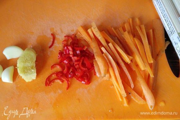 Положить курицу и варить минут 7. Нарезать морковку тонкой соломкой, чили мелко (я брала половинку и без семечек), имбирь и чеснок натереть на мелкой терке.