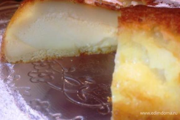 Если приглядеться, то видно, что наш перевернутый пирог имеет 3 слоя: 1) теперь уже нижний — бисквит (он пористый, обратите внимание) 2) толстый слой заварного крема 3) и верхний, над кремом — это суфле (по недоразумению его легко перепутать с непропеченным бисквитом). Разве не чудо?