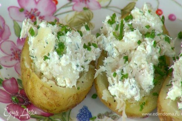 Нафаршировать картофельные лодочки творожной начинкой и посыпать шнитт-луком.