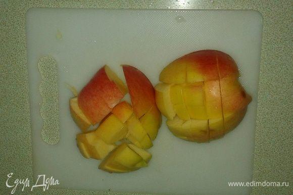 Яблоко тоже режем на кубики.