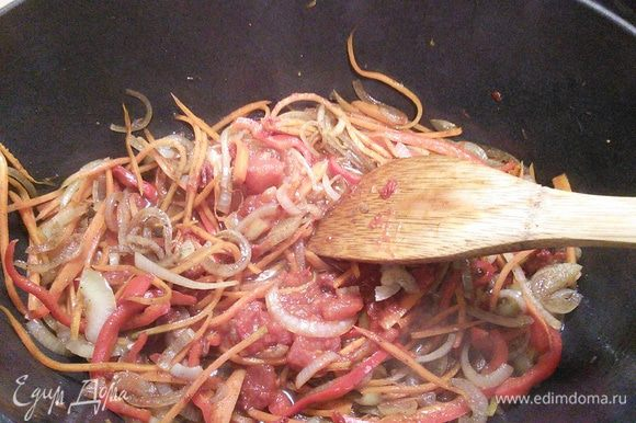 Обжарить овощи в ароматное масле. Добавить столовую ложку специй для плова, соус пассата и перемешать.