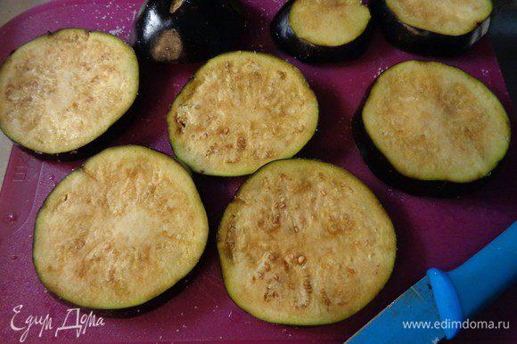 Посолить и смазать колечки кисточкой растительным маслом с двух сторон.