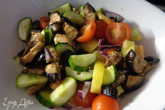 Смешать все порезанные овощи в салатнике.
