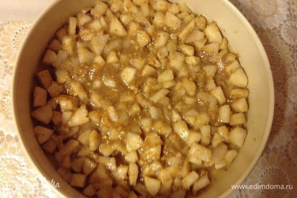 Немного дать остыть грушам и выложить на тесто.