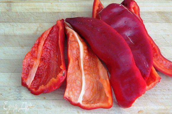 Красный болгарский перец очистить от семян запечь или отварить в течение 15 минут в небольшом количестве воды.