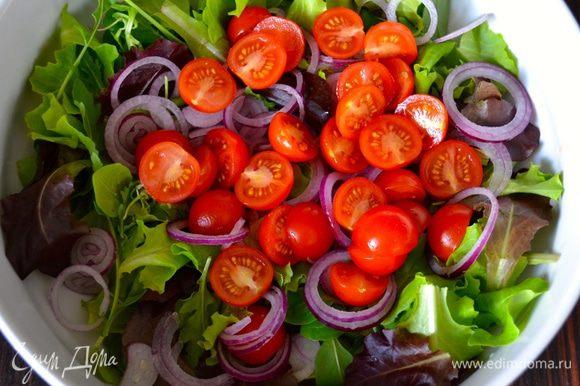 Помидорки черри вымыть, высушить и разрезать пополам. Выложить в салат.