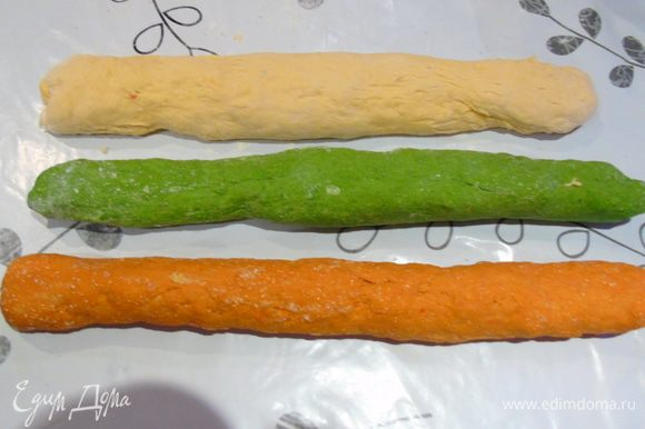 Все три теста отправьте в теплое место на 1 час. Затем из каждого сверните жгутик.