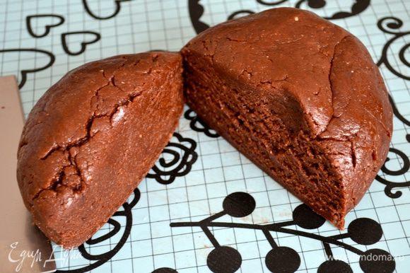 Выложите тесто на рабочую поверхность. Отделите от него 1/3. Эту часть завернуть в пленку и убрать ненадолго в холодильник, пока будем готовить основу пирога...