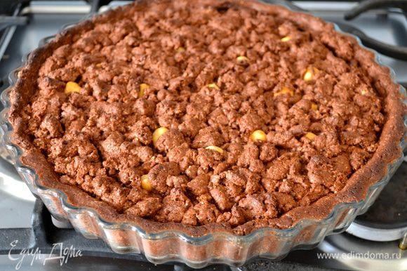 Выпекайте пирог 30 минут на среднем уровне духовки. Готовый пирог остудите в форме.