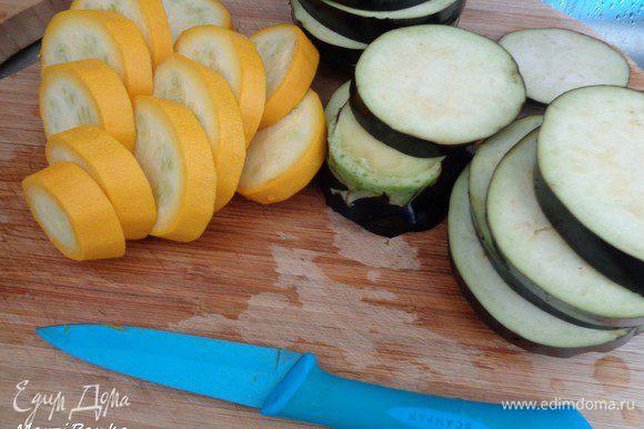Кабачок и баклажан вымойте и нарежьте шайбочками вместе с кожурой.