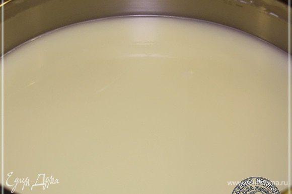 Замечу, что из сыворотки, которая образовалась после того, как из нее был вынут сырный сгусток, делается еще один сыр. Он называется анари. Аналог рикотты. Делается он очень просто. Только тут имеет значение один немаловажный фактор. Значение имеют параметры молока. Помимо жирности в изначально молоке должно быть высокое содержание белка. Чем оно выше, тем качественнее получится этот сыр из сыворотки, ну и количество тоже…. Итак, небольшое отступление. Про анари. Это сыворотка, которая осталась после извлечения сырного сгустка. Просто ставим кастрюлю на огонь и … будем доводить до кипения.
