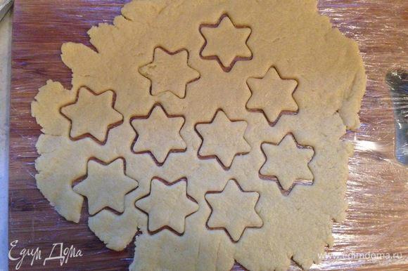 Вторую часть теста (меньшую) раскатываем скалкой по размеру формы и вырезаем звездочки. Очень легко раскатать тесто на разделочной доске, обтянутой пищевой пленкой.