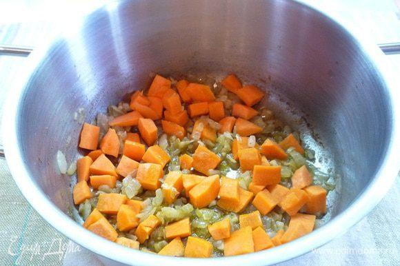 Добавляем морковь и обжариваем на сильном огне в течении 1 минуты, затем вливаем 4- 5 столовых ложек воды, доводим до кипения, делаем самый маленький огонь и при закрытой крышке тушим около 10 минут.