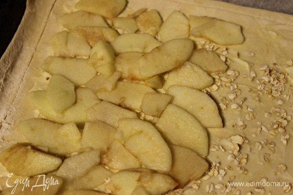 Сверху выложить нарезанные яблоки, добавить измельченные молотые грецкие орехи, лимонную цедру и посыпать корицей.