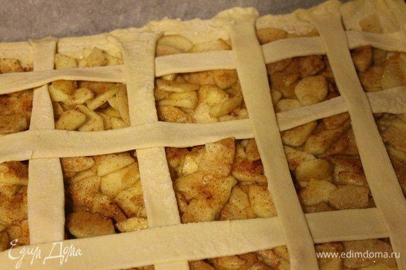 Из второй части теста нарезать полоски и выложить сверху на пирог. Поставить в заранее разогретую до 180 градусов духовку на 20-30 минут, до зарумянивания.