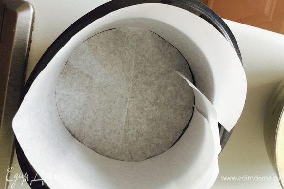 Подготовим форму 18 см, застелить пергаментом бока и стенки. Поставить духовку разогреваться до 190. Подогреть молоко с маслом до растворения масла, отставить.